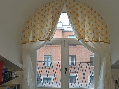 Drapes in white linen and printed Carciofino yellow linen